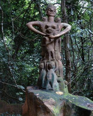 Mutterskulptur vor Ojubo Oshogbo