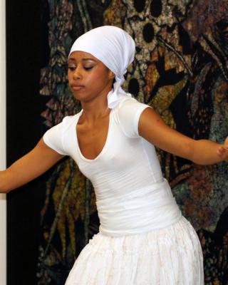 Yusimi Moya Rodriguez tanzt Obatala, Foto © Helmut Wienerroither