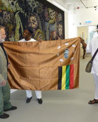 Besuch des Gouverneurs vom Oshun State/Nigeria, Rauf Aregbesola mit Wolfgang Denk – Überreichung der Fahne