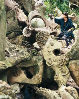 Susanne Wenger arbeitet an der Ifa Fluss-Skulptur
